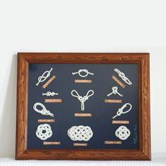 Quadro nodi marinari fatti a mano su fondo di vellutino blu e cornice stile rustico.
