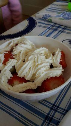 Anche le figliole fanno esperimenti culinari : semplice semplice, fragole con panna.