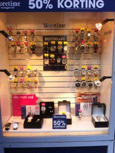 presentaties van horloges in een juwelierszaak. Mooi gedaan met de bestsellers in het midden en de rest eromheen.