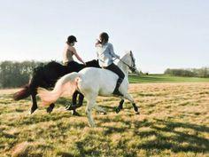 Девочки скачут на лошади без седла. Как побороть страх?