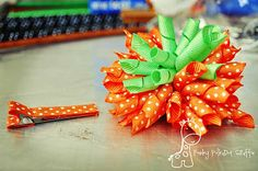 how to make a korker bow and curl your own ribbon - this lady is genius with her ceral box (: Hair Ribbons, Diy Hair Bows, Making Hair Bows, Diy Bow, Ribbon Bows, Bow Making, Ribbon Flower, Ribbon Hair, Crafts To Make