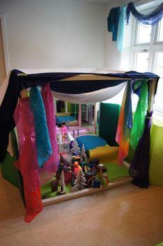 fantasifantasten.no - inspirasjon til alle som jobber med barn Kids Indoor Play, Reggio Emilia Classroom, Play Spaces, Dramatic Play, Imaginative Play, Diy For Kids, Bunk Beds, Kindergarten, Preschool