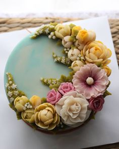 Checkout the beautiful flower details. Pretty Cakes, Beautiful Cakes, Amazing Cakes, Cinnabon Cake, Cake Piping, Bolo Cake, Fingerfood Party, Buttercream Flower Cake, Cake Decorating Techniques