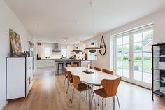 Familien kan blive samlet i et køkken/alrum #huscompagniet #inspiration #indretning #husbyggeri #indretning #nybyg #husejer #nythus #typehus #køkken