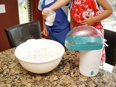 Need a kid pleasin'keep-those-little-hands-busykind of snack today? Homemade Eggnog, Homemade Popcorn, Popcorn Recipes, Candy Recipes, Sugar Popcorn, Sweet Popcorn, Baby Shower Treats, Candy Pop, Carrot Cake