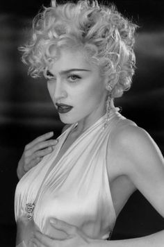 madonna style Madonna Madonna on set of Vogue, 1990 Madonna Vogue, Madonna Photos, Lady Madonna, Photo Portrait, Portrait Photography, Lilo Und Stitch, Marilyn Monroe Photos, Material Girls, Madonna Material Girl