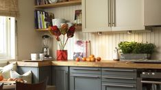Gode fargevalg på kjøkkenet Kitchen Cabinets, Ikea, Interior, Table, Furniture, Home Decor, Decoration Home, Room Decor, Kitchen Cupboards