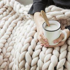 자이언트 빅 얀 // 33,000 // 여자 // 무관 // 취미, 담요, 목도리, 뜨개질, 큼직 // 손으로 뜨는 뜨개질, 두껍고 부드러운 실로 짜는 나만의 담요