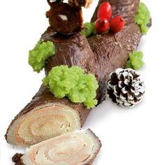 Juletræstamme Der er rigtig mange konfektstykker i den flotte træstamme, som man skærer af ved bordet.