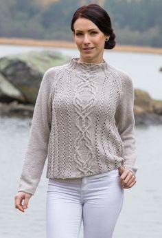 En nydelig genser med raglanfelling og lekkert flette- og hullmønster.