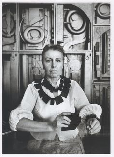 Louise Nevelson - American sculptor known for her monumental, monochromatic, wooden wall pieces and outdoor sculptures. Photo by Ugo Mulas, 1965 Louise Nevelson, Women In History, Art History, Oldenburg, Portraits, Famous Artists, Artist At Work, American Art, Sculpture Art