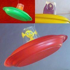 La siguiente imagen se corresponde con unas naves espaciales realizado con materiales reciclados y en su interior, lleva incorporado un extraterrestre.