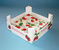 Cajas de Fresas (pág. 15) | Hacer bricolaje es facilisimo.com Decoupage, Fruit Box, Altered Boxes, Wooden Crates, Wood Boxes, Pallet Furniture, Red And White, Diy And Crafts, Decorative Boxes