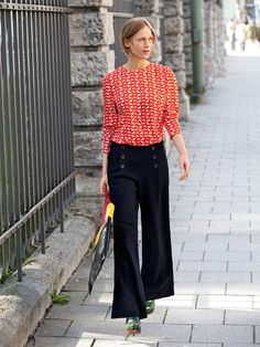 Sailor pants have been around the fashion platform for quite a long time. Here are 11 awesome outfit ideas to wear sailor pants. Burda Patterns, Clothing Patterns, Sewing Patterns, Sewing Ideas, Sailor Pants, Sailor Fashion, Pants Pattern, Vintage Fashion, Vintage Style