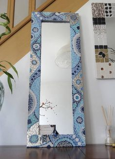 Mirror mosaic created with enamels of Briare, glass beads and small pieces of mirror. Mosaic Tile Art, Mirror Mosaic, Mosaic Diy, Mosaic Crafts, Diy Mirror, Mirror Painting, Painting Frames, Glass Painting Patterns, Diy Wall Decor For Bedroom