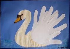 Łabędź ze skrzydłami w kształcie dłoni