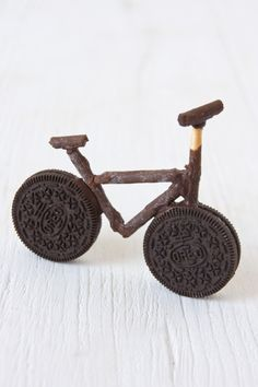 bicycle with oreos and mikado sticks Edible Crafts, Food Crafts, Edible Art, Bicycle Cake, Bike Cakes, Bicycle Party, Food Art For Kids, Cooking With Kids, Toddler Meals