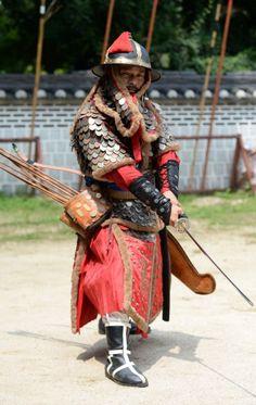 Korean scale armour. Joseon period. (replica) 조선시대 무관의 무장 재현.  두석린갑 착용.