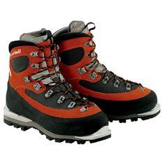 3,000m級の冬季登山に対応するモンベル・フットウエアの最高峰モデルです。重い荷物を背負った際の安定感を重視した設計でありながら、足首部分は前後への屈曲性を高めるデザインで、過酷な場面でもスムーズな足運びをサポートします。ワンタッチアイゼンやセミワンタッチアイゼンの装着が可能。【アッパー】圧倒的な強度と適度な柔らかさを両立したスーパーファブリックに、世界最高レベルの防水透湿性を誇るゴアテックス®ファブリクスを組み合わせ、2.8mm厚のスエードレザーで部分的に補強を施しています。【中綿】高い保温力を備えながらも優れた透湿性によりゴアテックス®ファブリクスのパフォーマンスを最大限に発揮するゴアテックス®デュラサーモを採用。【シャンクプレート】ブーツの剛性を高めるとともに軽量化にも貢献するカーボン製のシャンクプレートを使用。【アウトソール】雪が詰まりにくく低温下でも硬化しにくいビブラムテトンを採用。