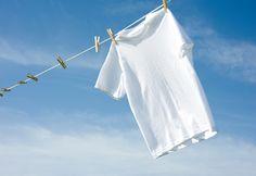 Quieres mantener tu ropa blanca brillante???? Tu solución es remojar tu ropa blanca en agua caliente con una rodaja de limón durante 10 minutos.