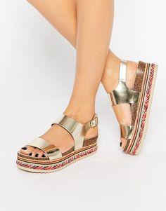 Imagen 1 de Sandalias de plataforma plana de cuero con cuentas en dorado  Kitten… Zapatos 663bfba7b484