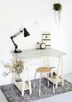 Attraktiver Schreibtisch aus Böcken und einer Beton-Tischplatte
