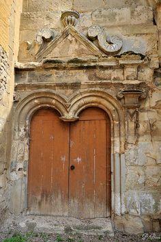 Portail de l'église de Fresneaux-Montchevreuil - Oise Romanesque Architecture, Oise, France, Built Environment, 12th Century, Closed Doors, Gates, Travelling, Windows