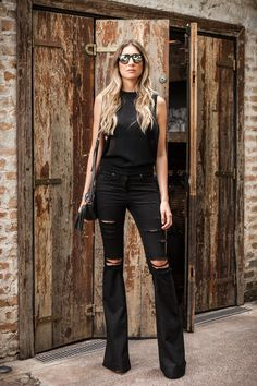 All black; Look; Street style; Ripped jeans; Flare pants;