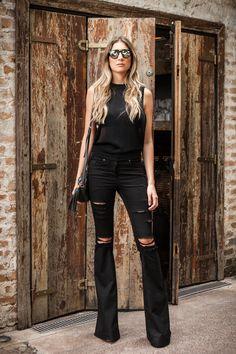 Com modelagem superflare e feita em sarja acetinada, a calça Las Vegas tem botão e rebites de metal com banho preto. O acabamento destroyed dá um ar super cool. É a aposta certa para o seu guarda-roupas!