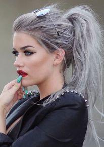 graue haare gray hair in messy ponytail einfache frisuren chaotische pferdeschwanz frisuren langhaarschnitte langhaarfrisuren