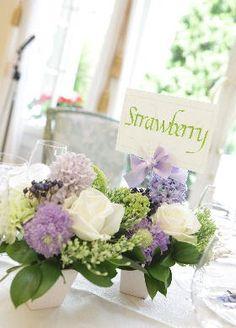 ゲストテーブルイメージ — サイズと色合いがイメージに近いですが、葉っぱがシルバー系の方がいいのと、もう少し細かいお花が多い方が好みです。