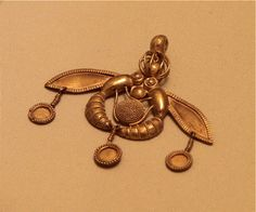 gold pendant decorated with two drones (2000-1700 BC.). Museum of Heraklion.