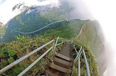 Знаменитая лестница Хайку или, как ее еще часто называют, Лестница в небеса, расположенная на острове Оаху, Гавайи.