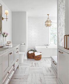Pretty details in this white bathroom + this is weekend sales picks are up on the blog. Design @sqaurefootageinc