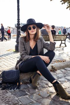 wide-brim hat, round sunglasses, houndstooth blazer, fringed bag, skinny black jeans and suede ankle boots #style #fashion #fall #boho