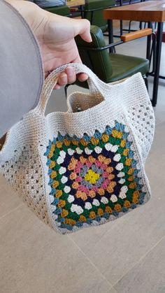 그레니스퀘어백 : 네이버 블로그 Free Crochet Bag, Crochet Clutch, Crochet Handbags, Crochet Purses, Diy Crochet, Crochet Crafts, Crochet Projects, Crochet Stitches Chart, Crochet Patterns