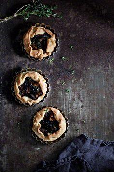 Tarteletas con setas silvestres - taartjes gevuld met mascarpone en smakelijke wilde paddenstoelen. Makkelijk met kant en klaar deeg.
