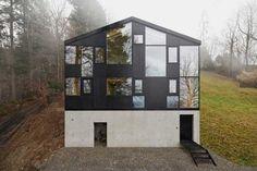 Okna vytvářející složitý, sofistikovaný vzor na fasádě, uvnitř nabízejí střídavě prosluněné a zastíněné prostory.
