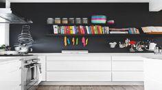 Un mur de la cuisine peint en noir ce n'est pas une idée farfelue, bien au contraire ! l'élégance de cette non couleur a fait ses preuves pour la décoration de la cuisine. Une peinture noire sur un pan de mur en isolé, pour peindre la crédence, mis en contraste avec des meubles de cuisine