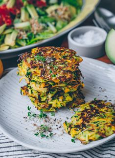 and zucchini pancakes - Klara`s Life - Delicious and crispy zucchini pancakes. Simple and vegan -Carrot and zucchini pancakes - Klara`s Life - Delicious and crispy zucchini pancakes. Simple and vegan - Vegan Recetas, Aperitivos Vegan, Gf Recipes, Healthy Recipes, Burger Recipes, Grilling Recipes, Vegetarian Recipes, Zucchini Pancakes, Zucchini Puffer