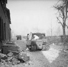 Britse Weasel amfibievoertuigen aan het Limburgse front worden gebruikt om gewonden af te voeren