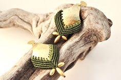 Hammered Brass and Macrame Olive Green Earrings, Ethnic Jewelry. de AshtartJewelry en Etsy