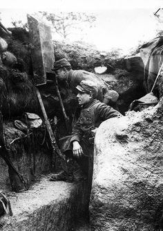 French troopers using periscope 1915