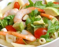 Salade de pâtes à l'avocat, mozzarella et crevettes : http://www.fourchette-et-bikini.fr/recettes/recettes-minceur/salade-de-pates-lavocat-mozzarella-et-crevettes.html