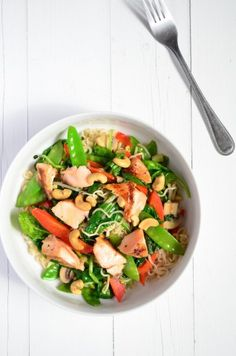 Noedels with salmon and veggies Seafood Recipes, Dinner Recipes, Good Food, Yummy Food, Rabbit Food, Light Recipes, Tasty Dishes, Healthy Eating, Healthy Recipes
