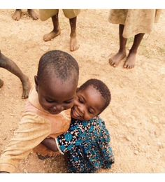 hugs and smiles Little People, Little Ones, Beautiful Children, Beautiful People, People Around The World, Around The Worlds, Kind Photo, Afrique Art, Concours Photo