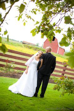 Country wedding. Ideas for wedding photography. Outdoor wedding photography. Posed bride and groom photos.