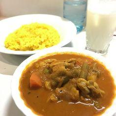 """ベジタブルチキンカレー 僕の""""深夜食堂""""です営業は夜だけ主に常連客がマスターたち(パパとママと呼んでる)と話をしながら思いおもいに食事をするもちろん何でも出るわけじゃないインド料理だけだ多くの人はチキンティッカなどを肴にちょっと飲んで(ビールや酎ハイ以外にラッシーハイもある)からシメにカレーを食べるそんな下町のインド料理屋です #サイダーバ #インド料理 #カレー #curry #水元 #葛飾区"""