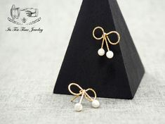 Bow pearl ribbon earrings! ------------------------------------------------- Earrings Size : 16.8 mm x 15 mm Color: Gold (2 colors available) Quantity: 1 Pair ------------------------------------------------- Your jewelry will arrive in a gift box.  Handling time:  Please allow 1-3 busin...
