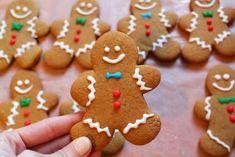 des bonhommes de pain d epice, biscuit de noel recette facile, décoration glaçage pour tracer les contours du corps et de la tête, biscuit gingembre, cannelle